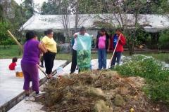 Grupo de mujeres trabajando un proyecto de lombricultura en la comunidad Indígena de San Francisco Curungueo con el objetivo de cuidar el medio ambiente a través de la producción de abono orgánico.