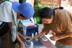 Jóvenes y adultos en el monitoreo comunitario del agua de la microcuenca Senguio.