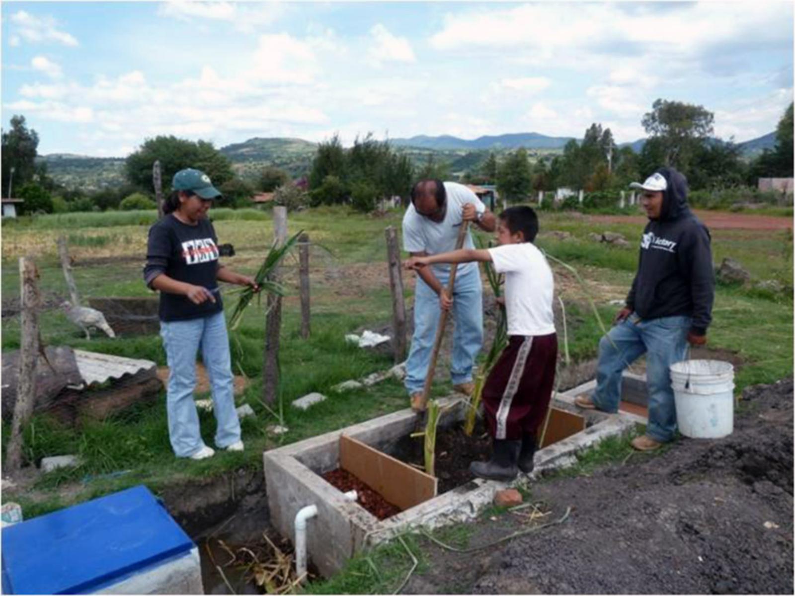 Adecuando el relleno de grava y tierra de un biofiltro para el tratamiento de aguas grises de la casa de Verónica, ejido José María Morelos del municipio de Senguio, Michoacán.